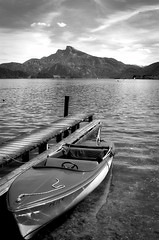 a sunny day at the lake (Tomsch) Tags: sky blackandwhite bw lake mountains water clouds boot austria see boat blackwhite sterreich wasser cloudy himmel wolken sunny berge sw schwarzweiss sonnig obersterreich mondsee steg wolkig upperaustria