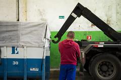 _LIL6761 (gustavomorita) Tags: sopaulo cor coopercaps cooperativa reciclagem triagem caminho vermelho homem costas geometria verde caamba