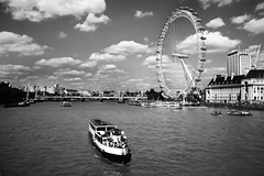 LONDON (Julia L.S) Tags: london londres uk granbretain england landscape landscapeuk sunny sunnyday canon photography photographer picsoflondon inglaterra fotosdeinglaterra beautiful pictures love traveling travel journey happy viajar thamesriver riotamesis river rio thames tamesis thamesriverlondon blackandwhite blancoynegro buildings edificios windows londoneye boat boats