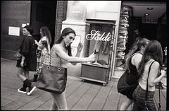 (Saldi) (Robbie McIntosh) Tags: leicam2 leica m2 rangefinder streetphotography 35mm film pellicola analog analogue negative leicam summicron analogico leicasummicron35mmf20iv blackandwhite bw biancoenero bn monochrome argentique summicron35mmf20iv autaut dyi selfdeveloped filmisnotdead leicasummicron35mmf2i strangers candid kodaktrix kodak trix guessexposure sunny16 nometering arsimagofd arsimagofddeveloper summertime girl woman saldi cellphone mirror sales