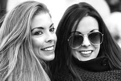 Double Smile (MaOrI1563) Tags: portrait italy smile florence italia tuscany blonde firenze sorriso brunette toscana ritratto occhiali piazzadellasignoria mora ragazze bionda sorrisi doublesmile maori1563