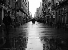 Un da oscuro y lluvioso en Las Palmas / Diwrnod tywyll a glawog yn Las Palmas (Rhisiart Hincks) Tags: street blackandwhite bw blancoynegro wet rain grancanaria lluvia pluie rue es kale regen laspalmas blancinegre uisge glaw busti blancetnoir  duagwyn gleb euri stryd playadelingls zwartenwit zuribeltz feketefehr pluvo dubhagusbn gwennhadu gwlyb siyahvebeyaz glav  bisteach srid juodairbalta schwarzundweis ernabl fliuch mustajavalkoinen straed  crnoibelo melnsunbalts negruialb dubhagusgeal  rnoinbelo