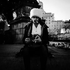 Discordancias tecnolgicas. (Foto 1/5 de fotos diarias durante cinco das) (organiq) Tags: street blackandwhite blancoynegro calle mujer women streetphotography rua rue carrer dona blancinegre  plaadecatalunya blancetnoir  strase  fotografadecalle schwarzweisfotografie strasenfotografie