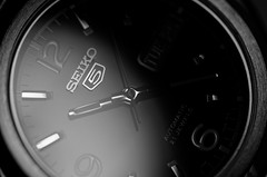 Seiko 5 - close-up - b&w (paflechien33) Tags: closeup nikon 5 g 105 seiko vr afs micronikkor ifed d7000