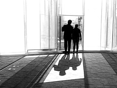 [ i¡ ] (ix 2018) Tags: bw ventana window personas pareja pair mirada view vista edificio building cdmx méxico mexico fractalius editada edited ps contraluz backlight sombra shadow luz light oficina office inicio begining contraste contrast highlight resplandor shining alfombra carpet cristal vidrio