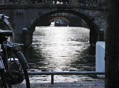 AMSTERDAM Nov 2014 (streamer020nl) Tags: bridge holland netherlands amsterdam stone boat arch sightseeing nederland nl brug tablet centrum herengracht niederlande gracht anno 2014 leidsegracht rondvaartboot binnenstad boogbrug 131114 13nov2014