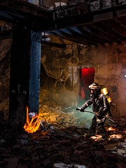Fuego de Mentira (Suso Sinmiedo) Tags: fire alicante burn ruinas fireman nocturna fuego humo bombero casaabandonada quemar modom smcpentaxda1224mmf4edal lightpanting pentaxk5ii