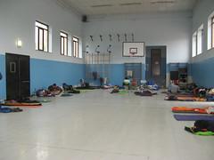 Dormire nelle palestre e nelle scuole