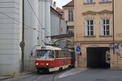 Der Tatra-Zug 7023/7033 an der 'Kostel svatho Tome' (Frederik Buchleitner) Tags: tram prag praha tschechien czechrepublic t3 streetcar tatra tramwaj trambahn 7023 eskrepublika 7033 ckd strasenbahn t3sucs t3su ckdtatra linie22 ckdpraha dopravnpodnikhlavnhomstaprahyasdpp