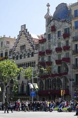 Casa Atmeller i casa Batll (elenamatias) Tags: barcelona red rose de rouge rojo rosa paseo gaudi vermell jordi rosas sant passeig barcelone gracia batllo atmeller