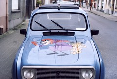 Wacky Races R4. (35mm) (samuel.musungayi) Tags: film analog argentique kodak color gold 200 35mm 24x36 yashica fx3 super 2000 red rouge jour day lumire natural naturelle samuel musungayi samuelmusungayi samuelm photography photographie life painting brussels bruxelles street rue urban city extrieur couleur blue bleu renault 4 satanas diabolo car voiture