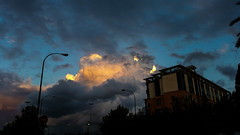 Sevilla (feliciaruss0) Tags: atardecer sevilla edificios ciudad nubes urbano farolas semforo urbanismo vegetacin climatologa geografaurbana cumulolimbus