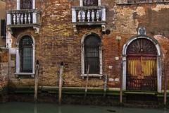venezia 160403_216 (gmcvrphoto) Tags: calle finestra giallo porta acqua rosso venezia riflessi architettura canale balcone palazzi allaperto