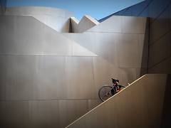 Atteindre de nouveaux sommets - Reaching new heights. (Phoebus58) Tags: california usa bicycle metal architecture losangeles gehry velo californie dysneyconcerthall