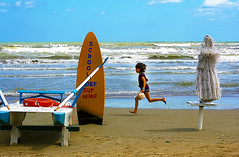 Rimini - Mare 63 (Massy-Rimini) Tags: italy rimini summer estate beach spiaggia mare sand sabbia acqua water blue sky cielo blu bambina child correre run felicit happiness umbrella ombrellone moscone salvataggio life guard holiday vacanza surf school