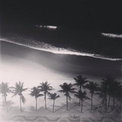(Sibila Ribeiro) Tags: road brazil vacation white black beach rio branco brasil riodejaneiro night square de br rj janeiro orla n preto copacabana e squareformat litoral peb bew copa iphoneography instagramapp uploaded:by=instagram