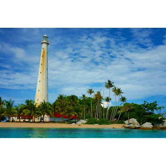 Mercusuar di Pulau Lengkuas ini sudah berdiri tegak sejak 1882. Kita bisa menikmati keindahan pulau ini dengan menaiki 313 anak tangga sampai ke atas mercusuar.  #belitung #indonesia #beach #island #panorama #holiday #lighthouse #amazing #beautiful #wonde