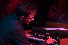 _DSC1269 Dee Miller Blues Band (Shoeleather Media) Tags: red musician music minnesota keyboard minneapolis blues nightclub organ fe famousdaves a7ii sonye blusclub a7m2 fe90mmf28g