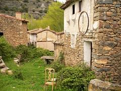 Las ruinas del pueblo (kirru11) Tags: silla ruinas campo casas verdes piedras vegetacin larioja kirru11 lasruedasdeenciso anaechebarria panasonicdmcfx
