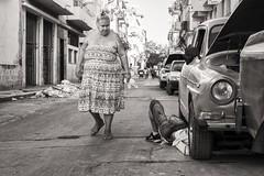 repairing the car (Gerard Koopen) Tags: cuba havana habana straatfotografie streetphotography straat street bw blackandwhite woman man repairing car oldmobile fujifilm fuji xpro1 35mm 2016 gerardkoopen