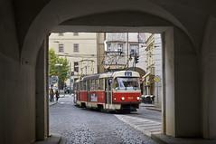 Auf der Fahrt nach Bila Hora sehen wir das T3SUCS-Gespann 7017/7037 bei der Einfahrt in die Gleisverschlingung am Malostransk nmst (Frederik Buchleitner) Tags: tram prag praha tschechien czechrepublic t3 streetcar tatra tramwaj trambahn eskrepublika 7037 7017 ckd strasenbahn t3sucs t3su ckdtatra linie22 ckdpraha dopravnpodnikhlavnhomstaprahyasdpp