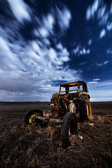 Are you ready?? (raul_lg) Tags: old longexposure tractor abandoned bulb night canon noche machine nocturna campo viejo maquina iluminacion nocturno abandonado castillalamancha mark3 largaexposicion raullopez nikon142428 canon5dmarkiii raullg