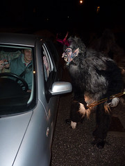 Krampus - Tarvisio Centrale 05.12.2009 (Pierino Beltrame) Tags: show italy monster costume scary europa europe italia european mask euro devils horns parade event demon devil monsters tradition perchten 2009 diavolo maschera demons diavoli friuli centrale umlauf costumi krampus masken maschere sfilata corna teufel knecht beltrame nicolò friuliveneziagiulia tarvisio pierino tradizione paraded valcanale esibizione teufels nikolau tarvisiano tarvisiocentrale