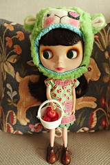 an apple a day.. (girl enchanted) Tags: doll blythe goldie allgoldinone bl