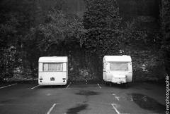 Devant, derrire. (renphotographie) Tags: film analog 35mm olympusxa fougres caravane kodaktmax renphotographienoiretblanckodak