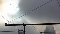 Oberleitung. (universaldilletant) Tags: frankfurt wolken sonne hochhaus oberleitung