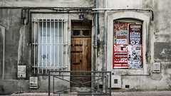 Avignon, France 2/10 2009. (photoola) Tags: door france window poster frankreich avignon francia フランス affischer dörr francja ranska франция photoola