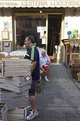 Lucca (Giulio Paolicchi) Tags: italia lucca streetphotography fotodistrada fotografiadistrada reportage ricordi gente people architetture architecture mercato mercatino settimanale venditori market outdoor fiere