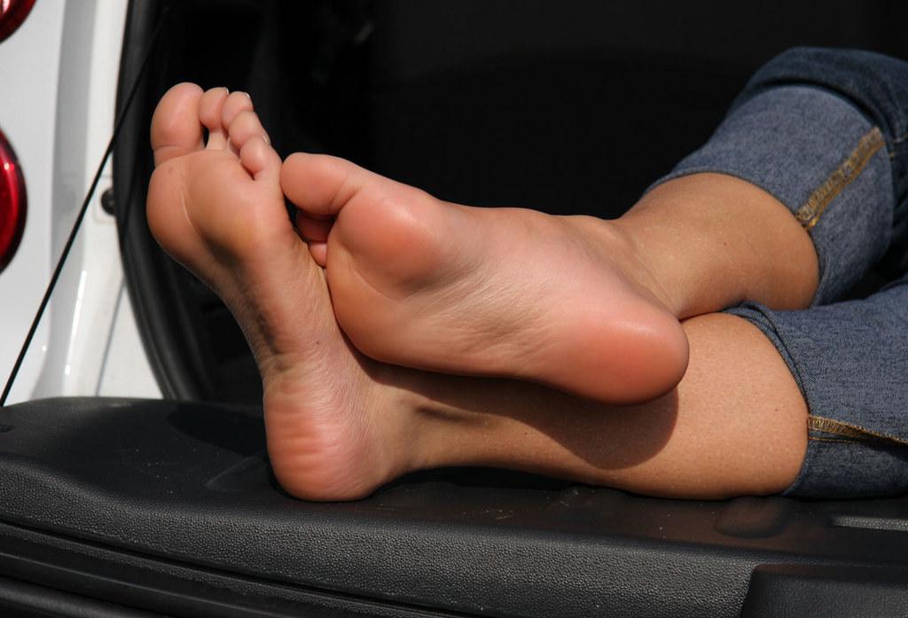 3 hot girls smelling her feet 8