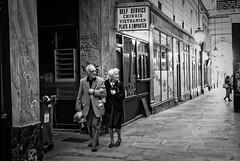 Les amoureux du passage du Panorama (Paolo Pizzimenti) Tags: panorama paris film couple paolo femme olympus f18 passage miracles zuiko homme omd argentique 25mm amoureux em1 pellicule m43 anciens âgé