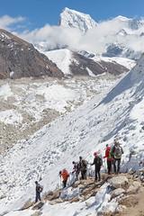 Népal, parc national de Sagarmatha, classé Patrimoine mondial de l'Unesco, district de Solu Khumbu, région de l'Everest, Gokyo, alpinistes traversant le glacier Ngozumba (jpazam) Tags: montagne jour glacier asie himalaya khumbu everest groupe népal gokyo randonneur solukhumbu alpiniste patrimoinemondialdelunesco ngozumba parcnationaldesagarmatha