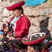 Locais com suas vestimentas tradicionais