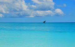 Bleu intégral (Des Goûts et des Couleurs) Tags: clouds nuages bluesky cielbleu charlottedumas desgoutsetdescouleurs blog dgdc nosyiranja madagascar contraste contrast bateau paradisiaque paradis sea mer horizon blue bleu