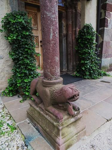 Pilier du porche, Collégiale romane  saint Candide (XIIIe), San Candido/Innichen, province de Bolzano, Trentin-Haut Adige, Italie.