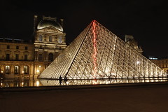Louvre | Paris (Michael Reisenhofer) Tags: bridge paris france night de mercedes benz frankreich tour pyramid nacht louvre arc triomphe kathedrale eiffel notre dame brcke eiffelturm pyramide herz triumphbogen schlsser
