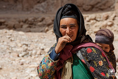 Donna berbera con bambina (andrea.prave) Tags: portrait people woman baby mountain mountains nature berg montagne child desert retrato natura porträt mount morocco berber maroc atlas marocco gorge montaña gorges 自然 山 montagna ritratto montanha портрет nationalgeographic tinghir dağ 渓谷 garganta atlante הר natgeo berbera todra 肖像 صورة gole fjellet mccurry モロッコ جبل гора berbero βουνό 肖像画 almamlaka المملكةالمغربية todgha toudgha جبالالأطلس تنغير goleditodra visitmorocco almaghribiyya todghagorge tourdelmarocco مضيقتودغا‍‌ gorgesdetoudgha