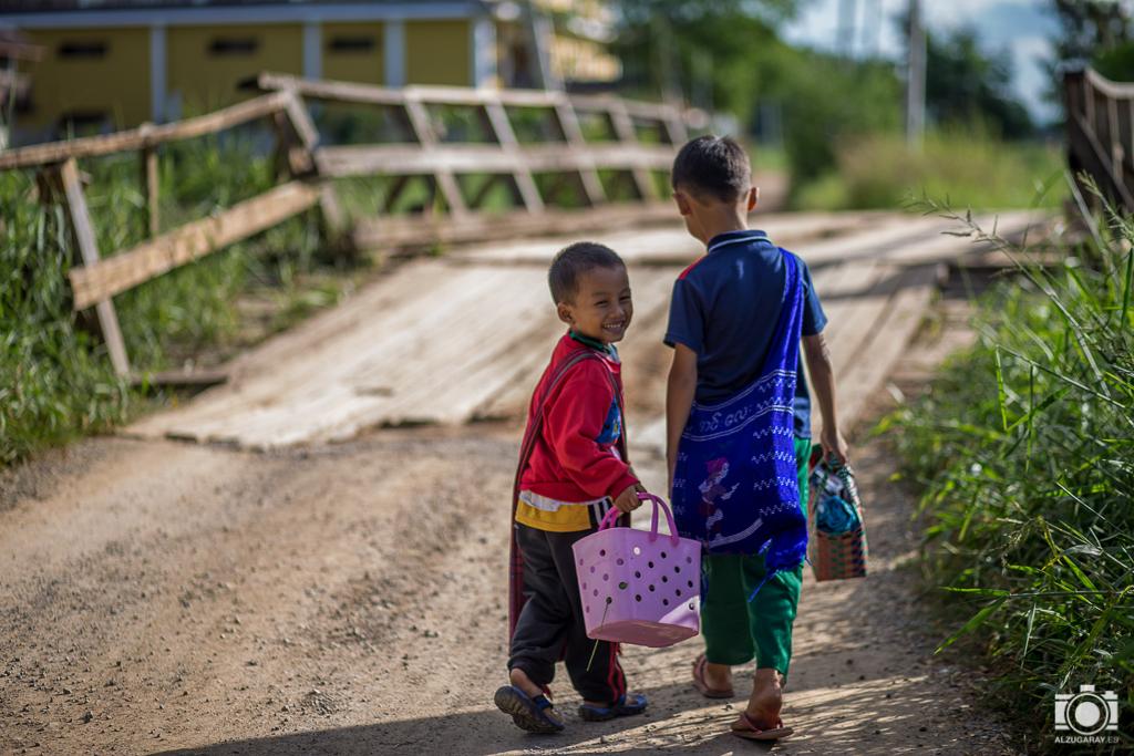 Niños a la salida del colegio en Nyaungshwe (Myanmar)