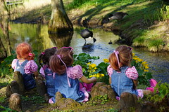 Entenbeobachtungsplatz ... (Kindergartenkinder) Tags: blumen personen dolls himstedt annette ilce6000 sony essen park gruga kindergartenkinder milina sanrike tivi annemoni