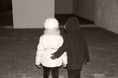 La mano negra (vavie2012) Tags: love children hands couple pareja duo nios innocence mano enfants feeling petits mains carefree tendresse amoureux pequeos enamorados inocencia cario do ingenuidad insouciance navet