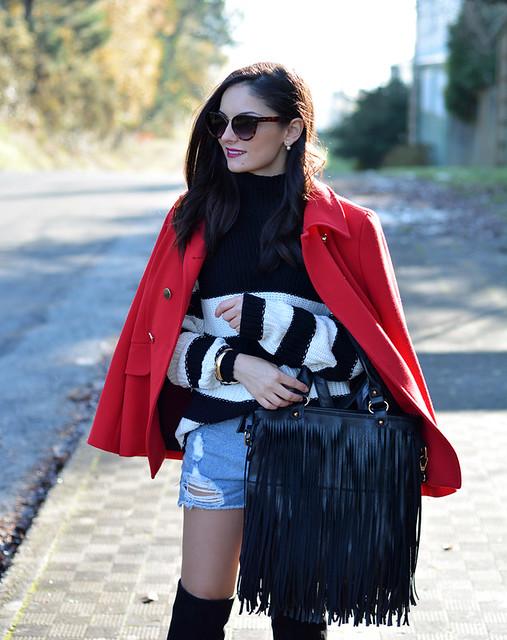 Jersey ZARA_Abrigo rojo_shorts denim_botas altas_ootd_03