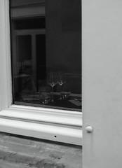 Service du soir (Bluefab) Tags: restaurant fentre verres volet exterieur