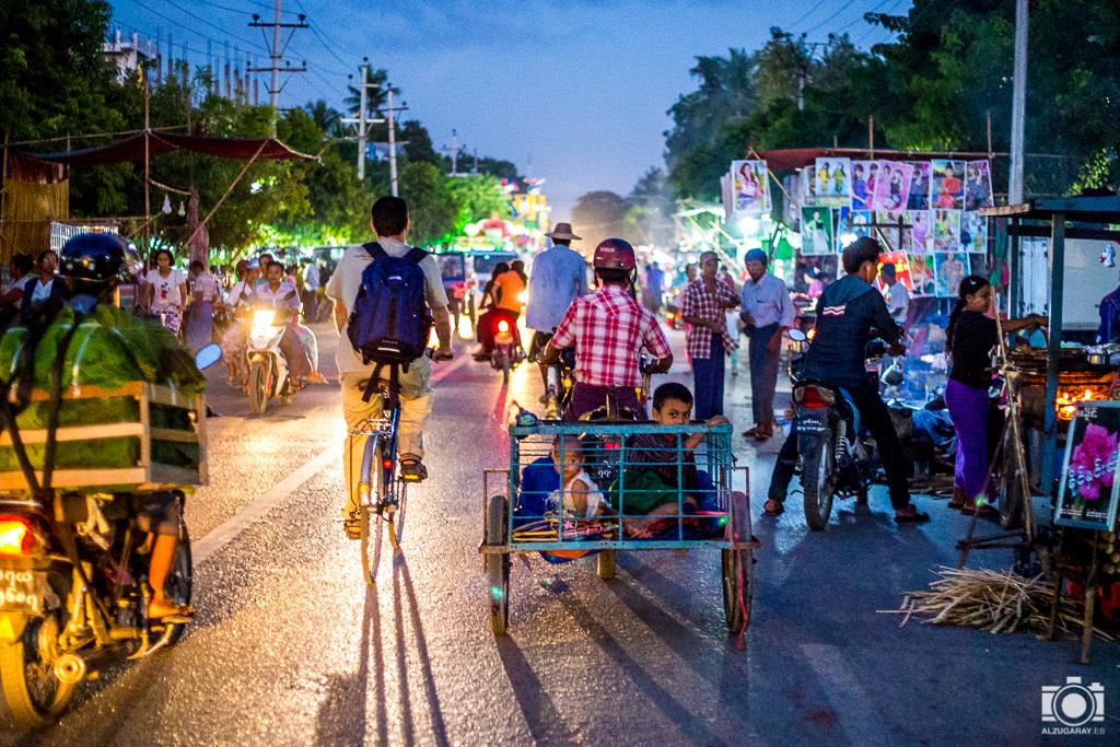 Tráfico nocturno en Mandalay (Myanmar)