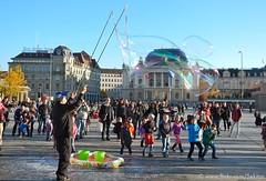 Soap bubbles in front of Zurich's Opera, Switzerland (Sekitar) Tags: city november square fun switzerland town opera suisse platz zurich sunny bubble zürich svizzera opernhaus seifenblasen sekitar sechseläutenplatz