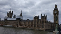 Being a tourist in London (Ezra070) Tags: london england londen engeland uk riverthames thethames river palaceofwestminster houseofcommons houseoflords parliamentoftheunitedkingdom smarphone