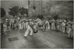 CAPOEIRA-EN-WOMAD (KZRES - Jos Miguel Romero) Tags: street urban bw blanco iso800 capoeira arte y danza negro personas f2 24mm cceres womad virado callejera monocromatico platino 11000s canonpowershots100 f5mm