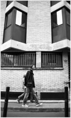 pieton (GMH) Tags: france film calle walk pedestrian ciudad bn paseo promenade toulouse stroll francia vereda argentique pieton silverfilm